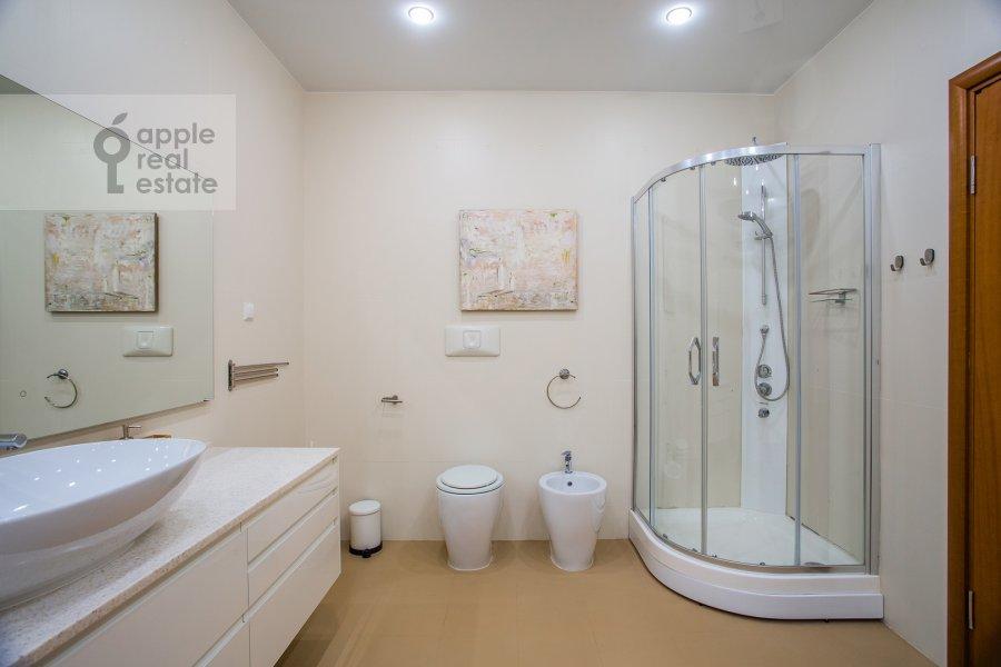 Bathroom of the 4-room apartment at Trubnikovskiy per. 30s1