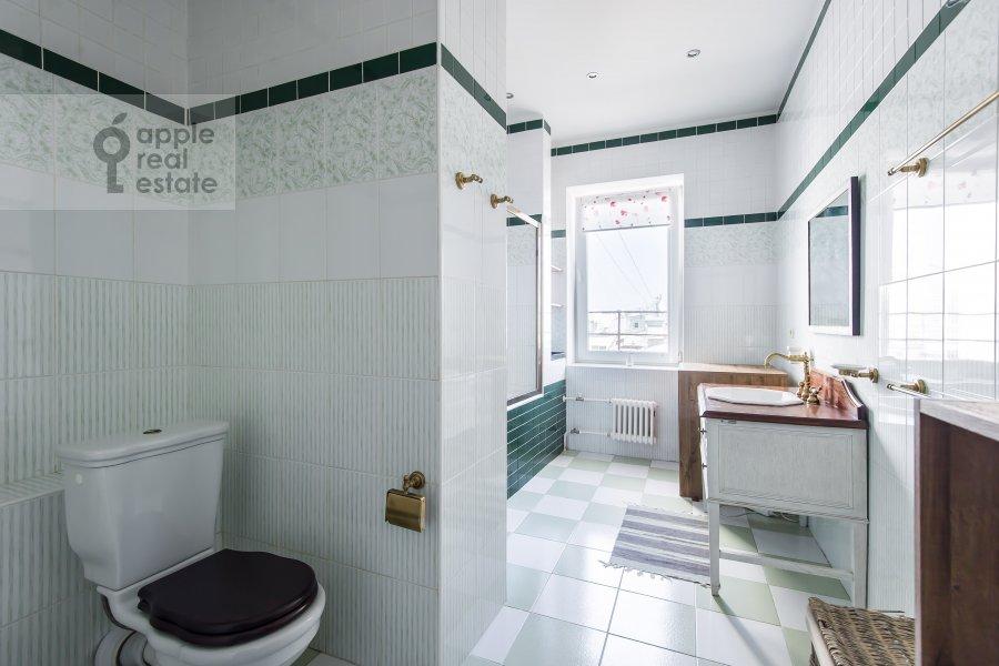 Bathroom of the 3-room apartment at Krivoarbatskiy per. 16/22