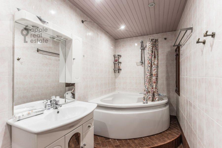 Bathroom of the 2-room apartment at Ordynka Malaya ul. 13s1a
