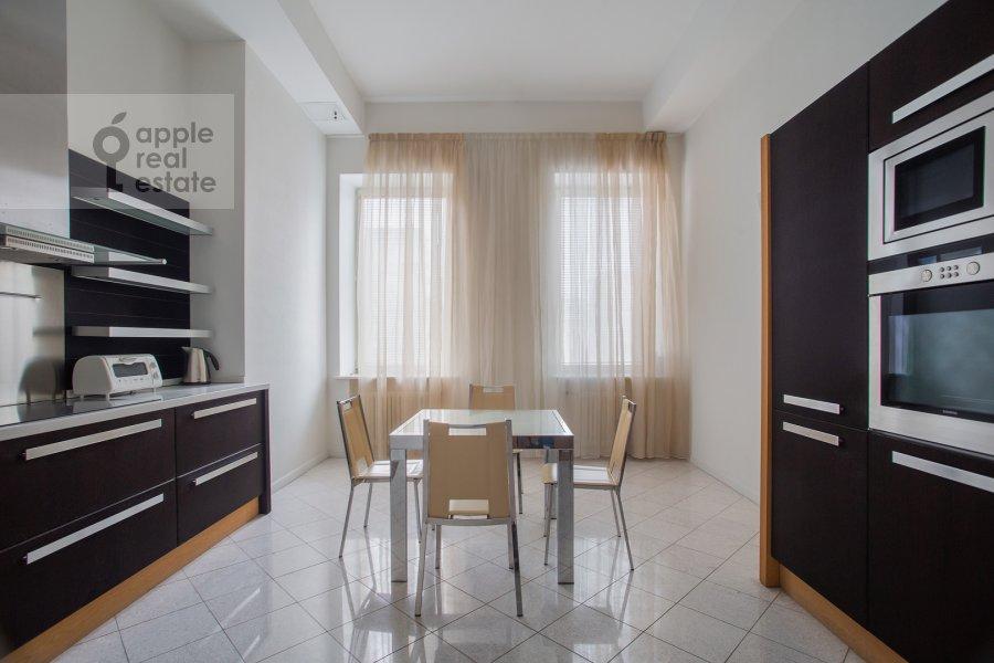 Кухня в 3-комнатной квартире по адресу Тверская ул. 9