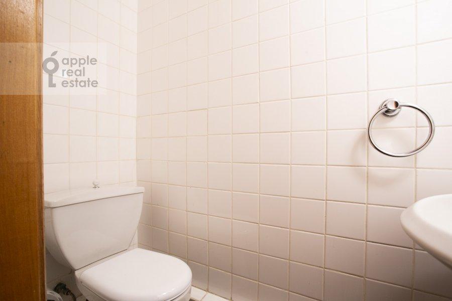 Bathroom of the 4-room apartment at Granatnyy per. 10s1