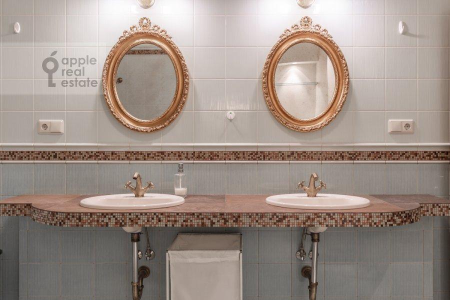 Bathroom of the 2-room apartment at Shabolovka ul. 23k1
