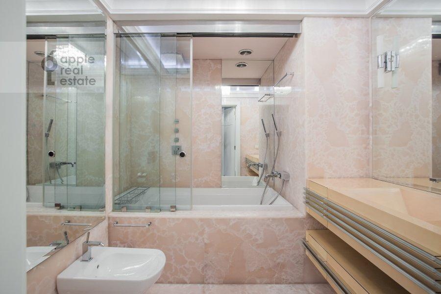 Санузел в 5-комнатной квартире по адресу Смоленский 1-й пер. 17