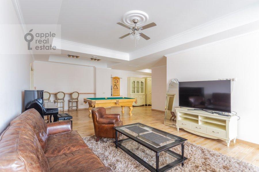 Living room of the 3-room apartment at Sretenka ul. 9