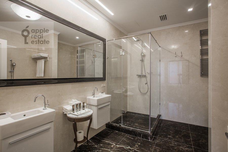 Bathroom of the 2-room apartment at Okhotnyy Ryad ul. 2