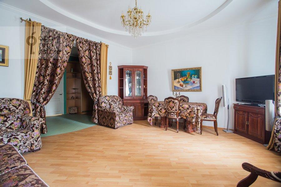 Living room of the 4-room apartment at Kozikhinskiy Bol'shoy per. 8