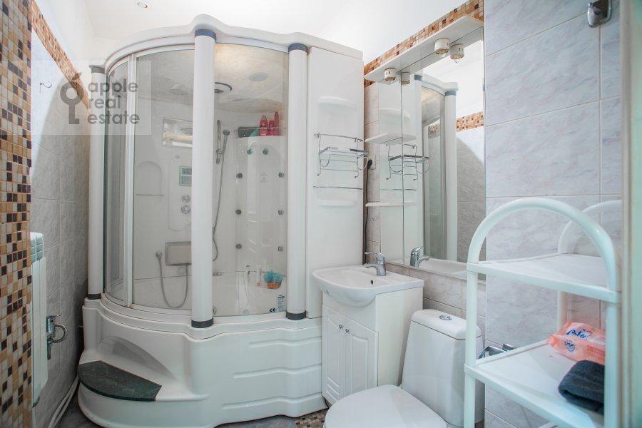 Bathroom of the 4-room apartment at Kozikhinskiy Bol'shoy per. 8