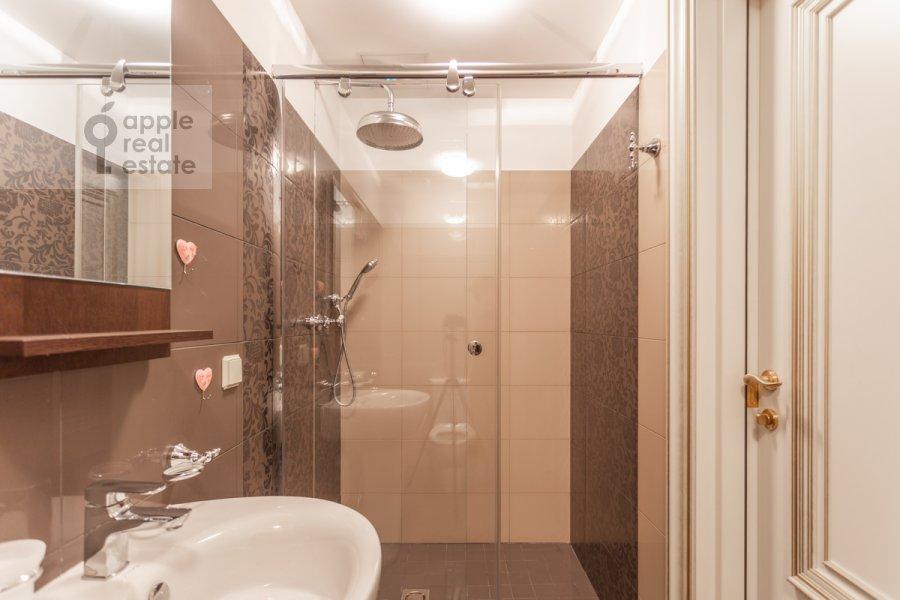 Bathroom of the studio apartment at Kompozitorskaya ul. 17