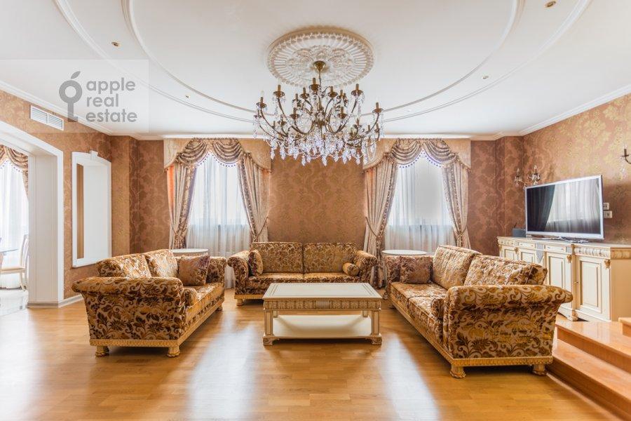 Living room of the studio apartment at Kompozitorskaya ul. 17