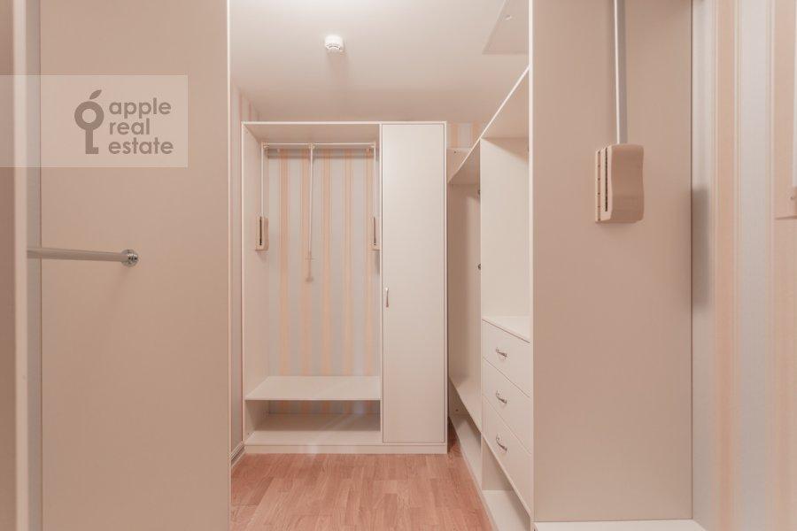 Гардеробная комната / Постирочная комната / Кладовая комната в квартире-студии по адресу Композиторская ул. 17