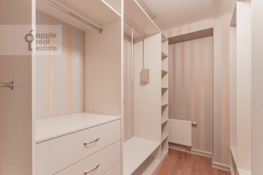 Walk-in closet / Laundry room / Storage room of the studio apartment at Kompozitorskaya ul. 17