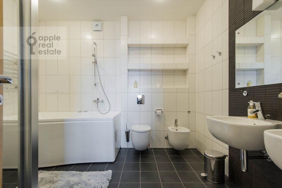 Bathroom of the 4-room apartment at Leningradskiy pr-t. 52