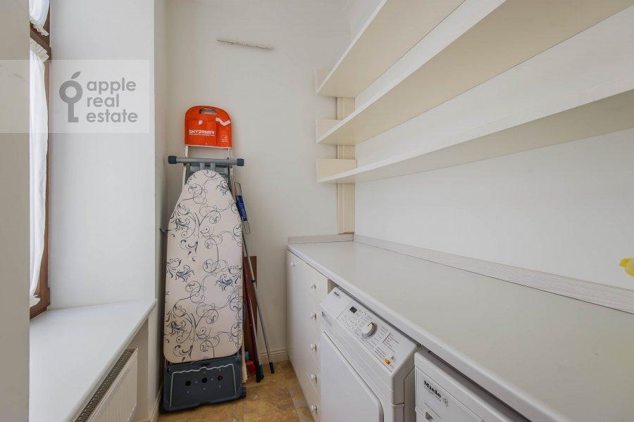 Гардеробная комната / Постирочная комната / Кладовая комната в 5-комнатной квартире по адресу Молчановка Малая ул. 8с1