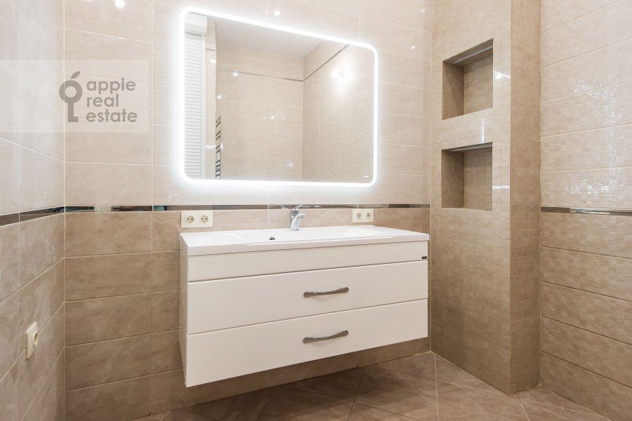 Bathroom of the 4-room apartment at 1-ya Tverskaya-Yamskaya ulitsa 36
