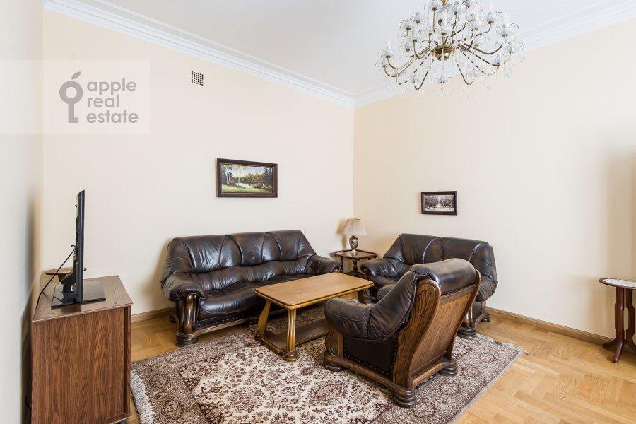 Living room of the 4-room apartment at 1-ya Tverskaya-Yamskaya ulitsa 36