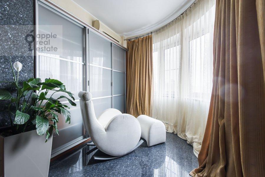 Living room of the 2-room apartment at Arkhitektora Vlasova ul. 20