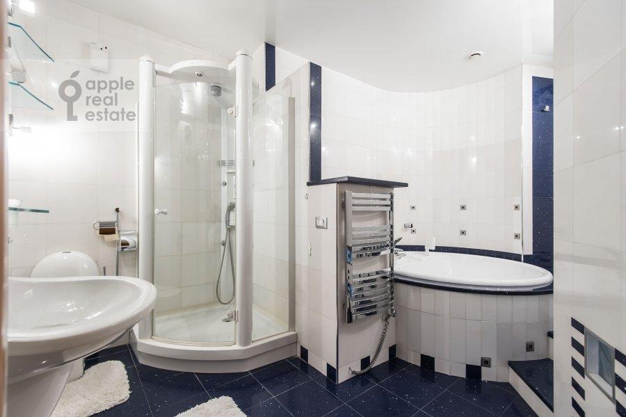 Bathroom of the 2-room apartment at Arkhitektora Vlasova ul. 20