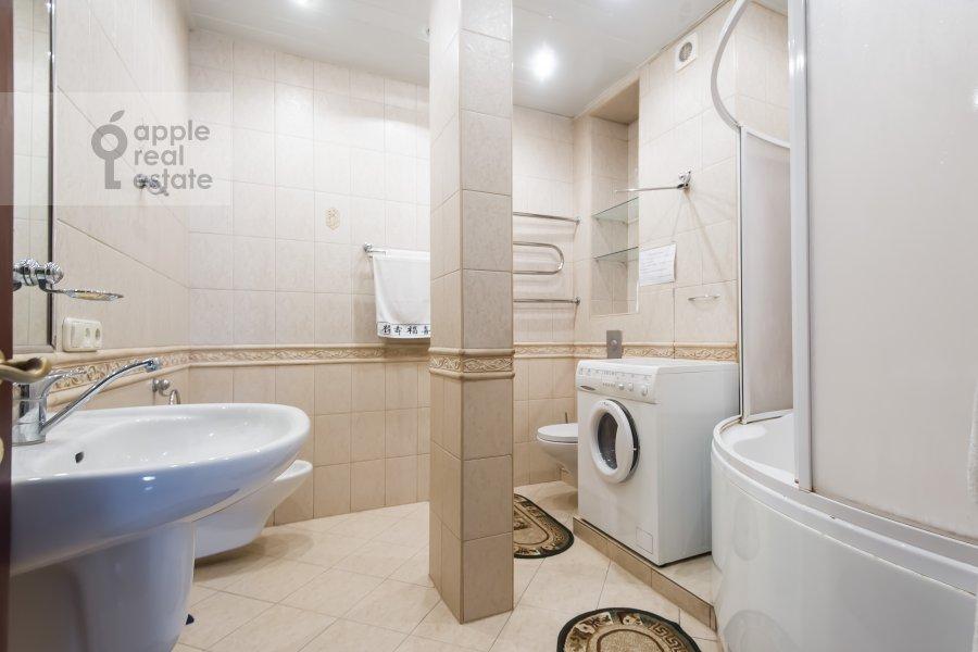 Bathroom of the 3-room apartment at Kutuzovskiy prospekt 4/2