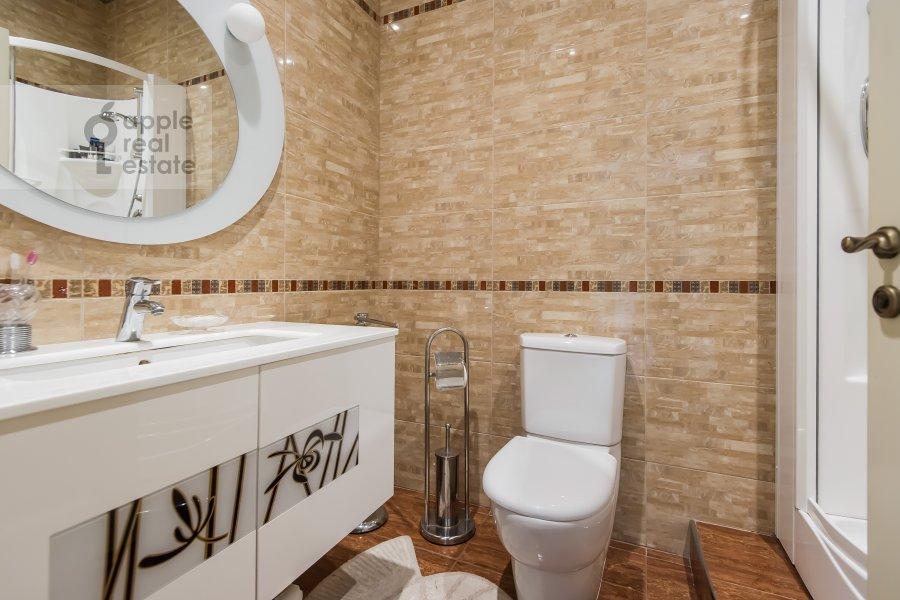 Bathroom of the 3-room apartment at Shumkina ul. 11A