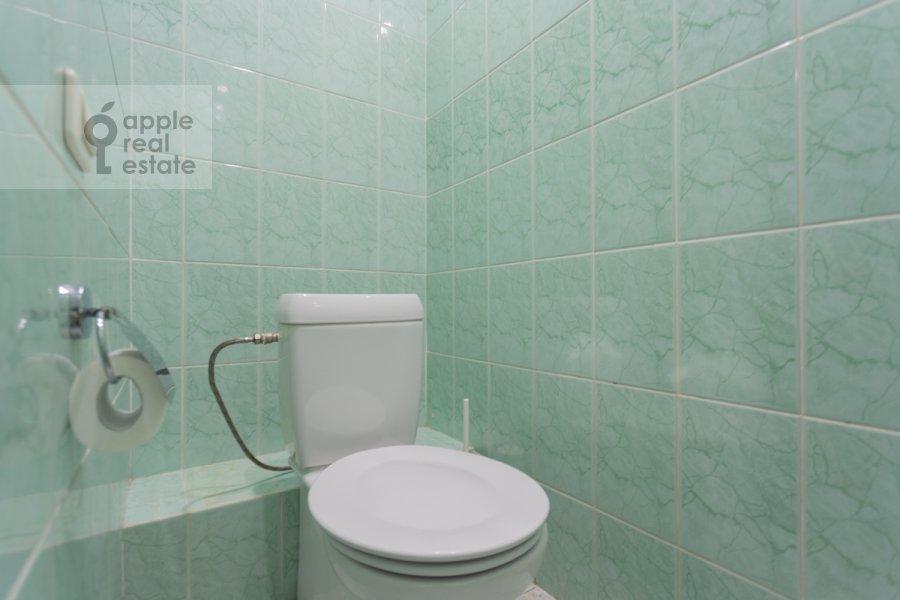 Санузел в 4-комнатной квартире по адресу Кривоарбатский пер. 19