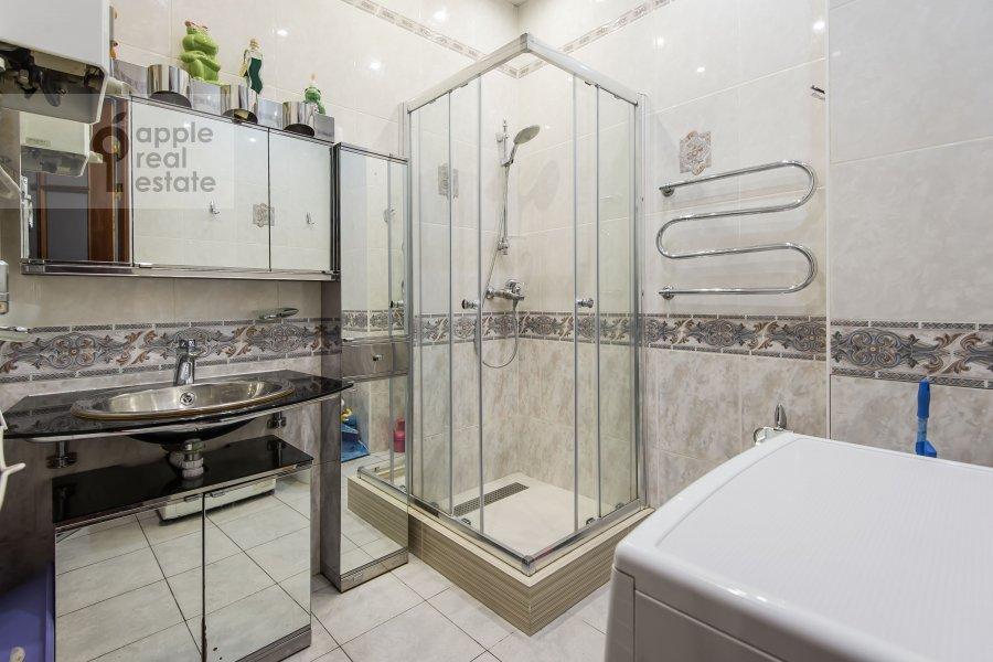 Bathroom of the 3-room apartment at Degtyarnyy per. 5s1