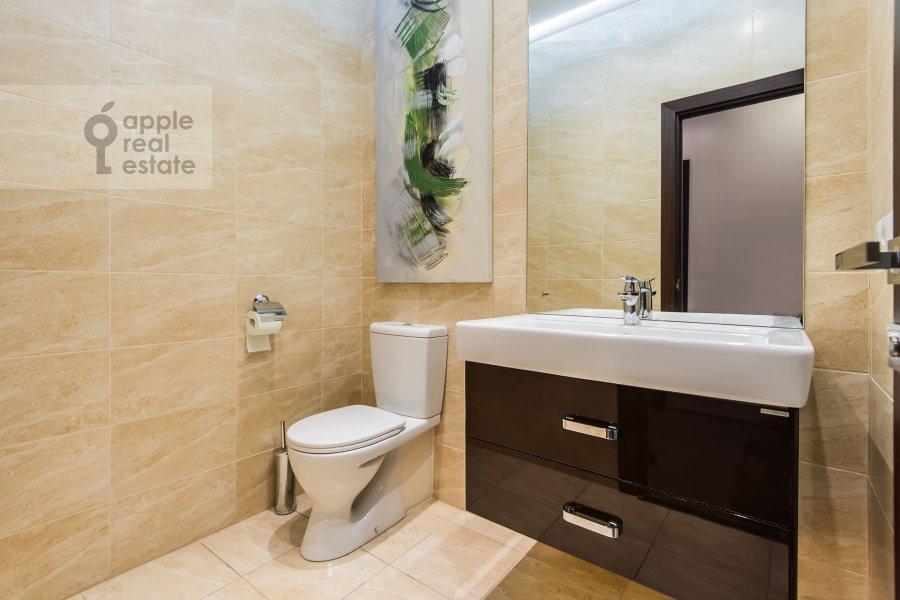 Bathroom of the 3-room apartment at Sretenka ul. 9