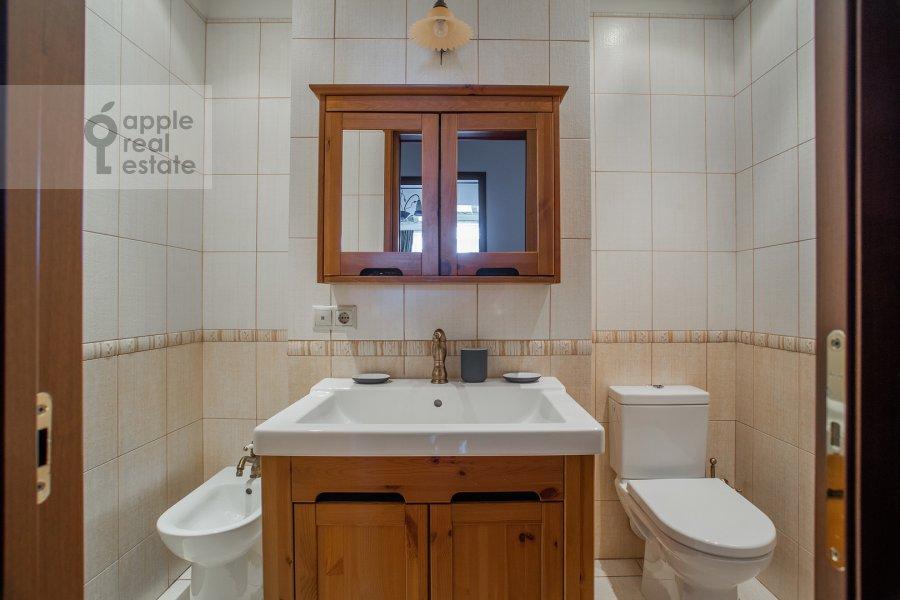 Bathroom of the 3-room apartment at Mosfil'movskaya ul. 70k2