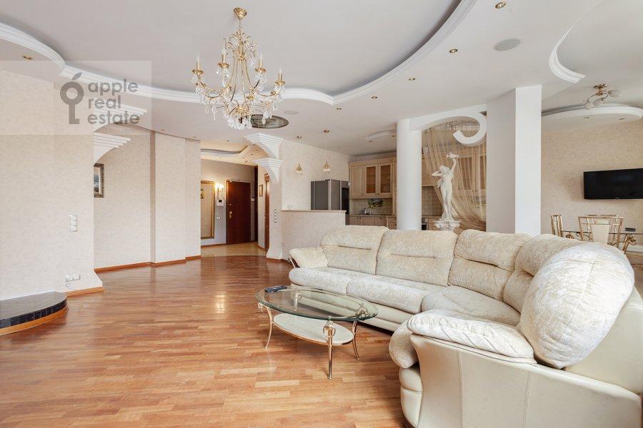 Гостиная в 5-комнатной квартире по адресу Ландышевая ул. 14к3