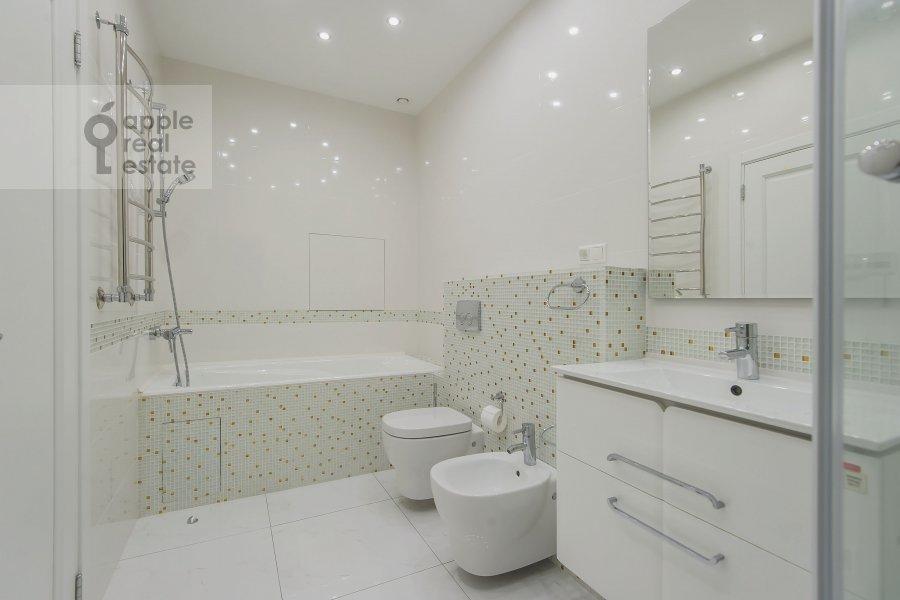 Bathroom of the 4-room apartment at Marshala Zhukova pr-t. 78