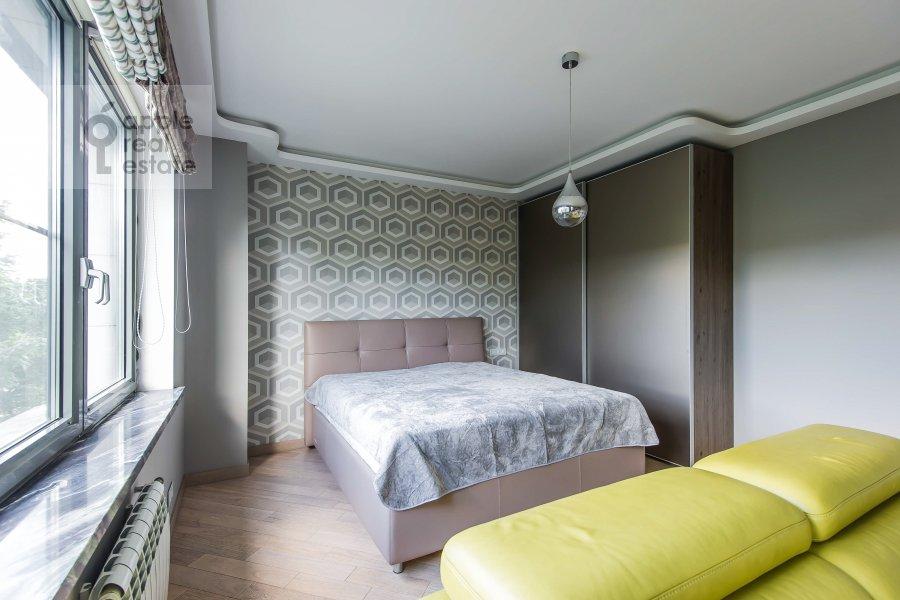 Living room of the 3-room apartment at Vavilova ul. 2