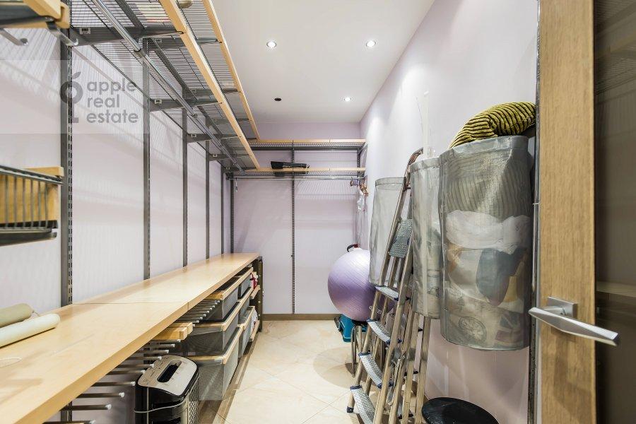 Walk-in closet / Laundry room / Storage room of the 3-room apartment at Vavilova ul. 2