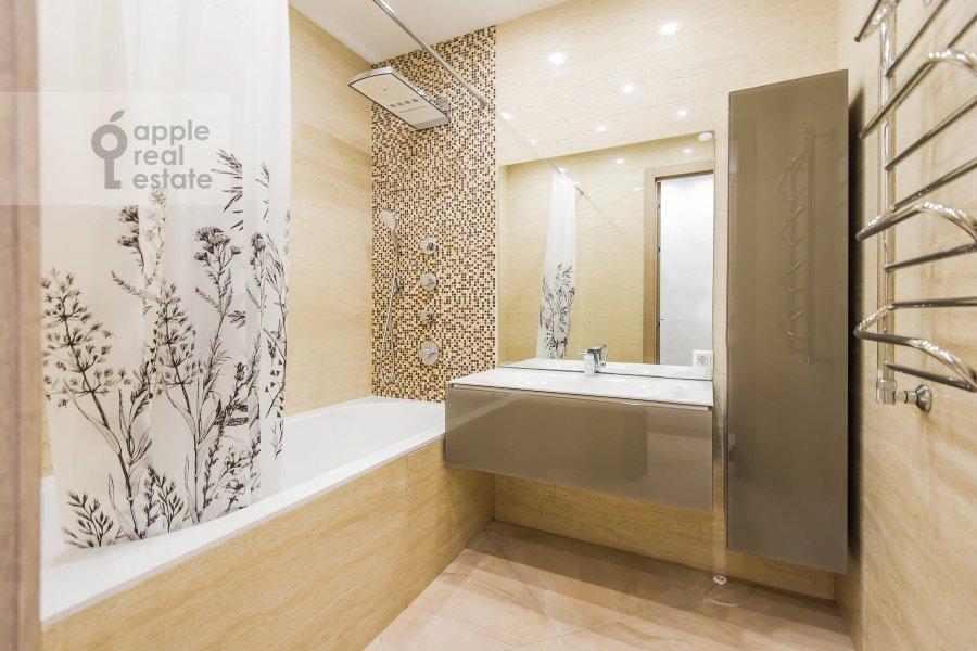 Bathroom of the 3-room apartment at Vavilova ul. 2