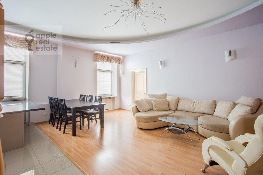 Гостиная в 4-комнатной квартире по адресу Петровский переулок 5с9