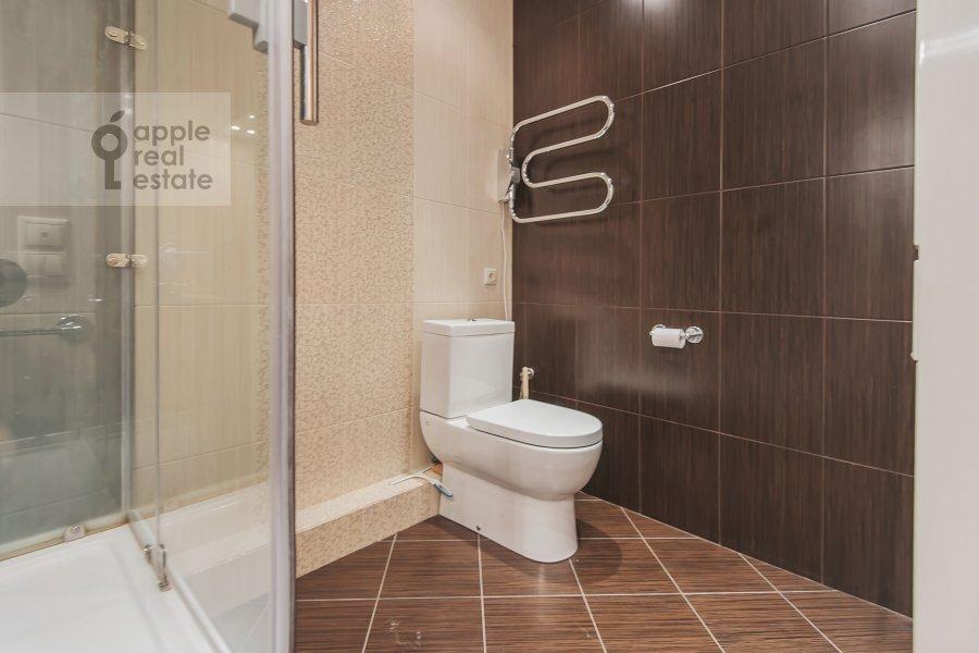 Bathroom of the 5-room apartment at Serafimovicha ul. 2