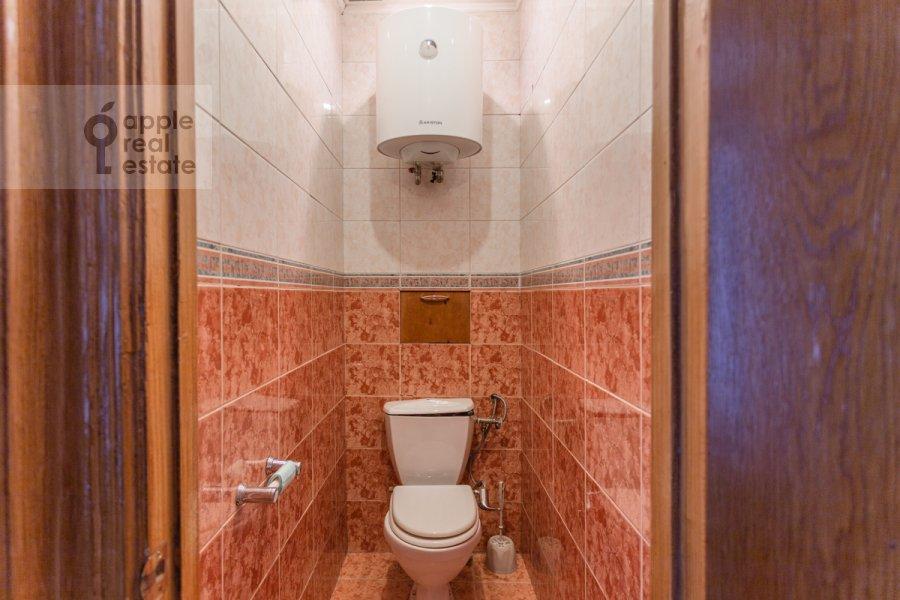 Bathroom of the 4-room apartment at Smolenskaya nab. 5/13