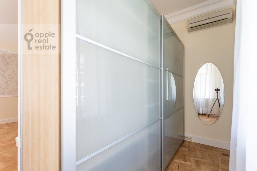 Гардеробная комната / Постирочная комната / Кладовая комната в 3-комнатной квартире по адресу Филипповский пер. 16