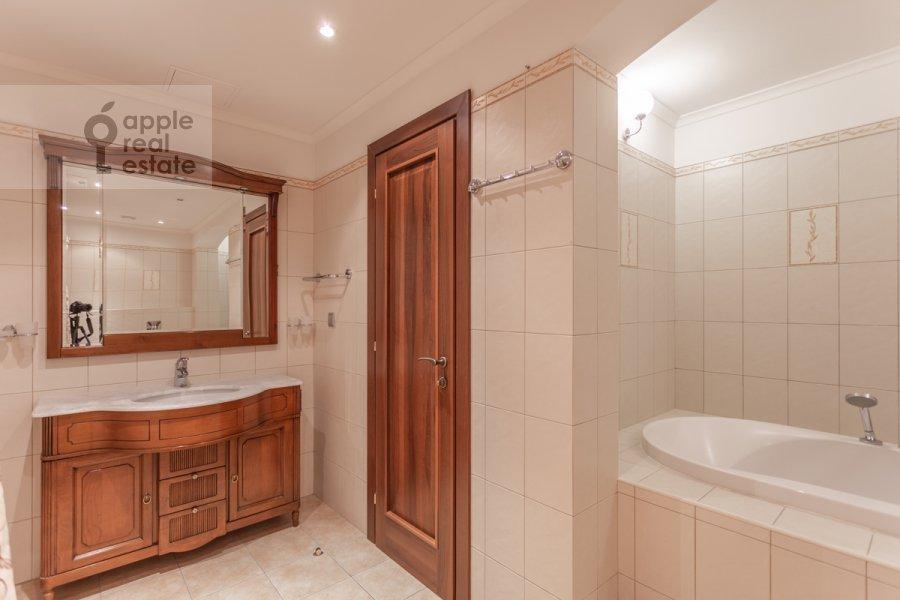 Bathroom of the 4-room apartment at Udal'tsova ul. 5k3