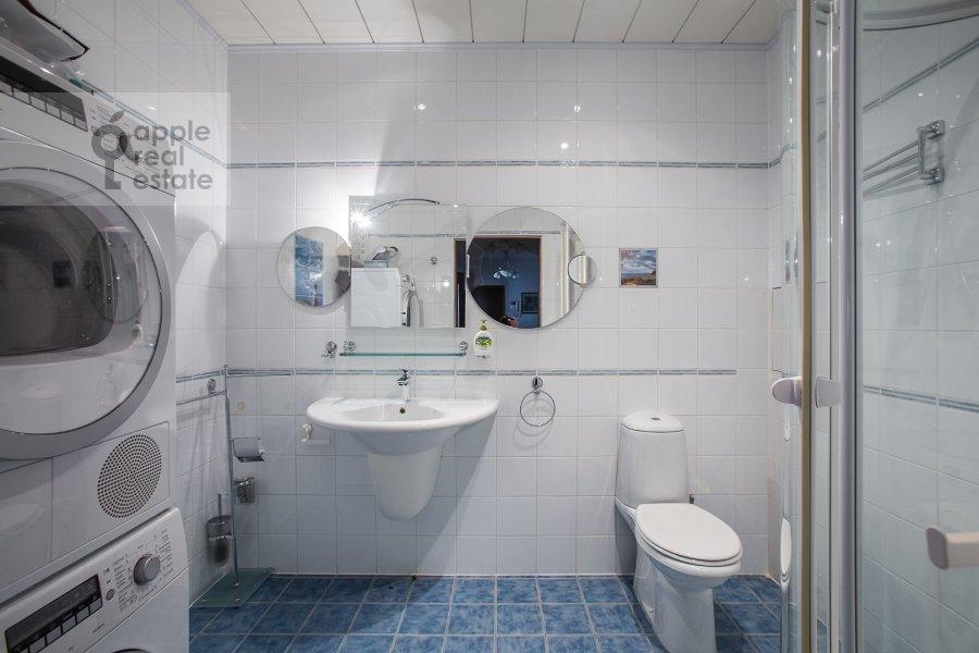 Bathroom of the 4-room apartment at Ostozhenka ul. 25