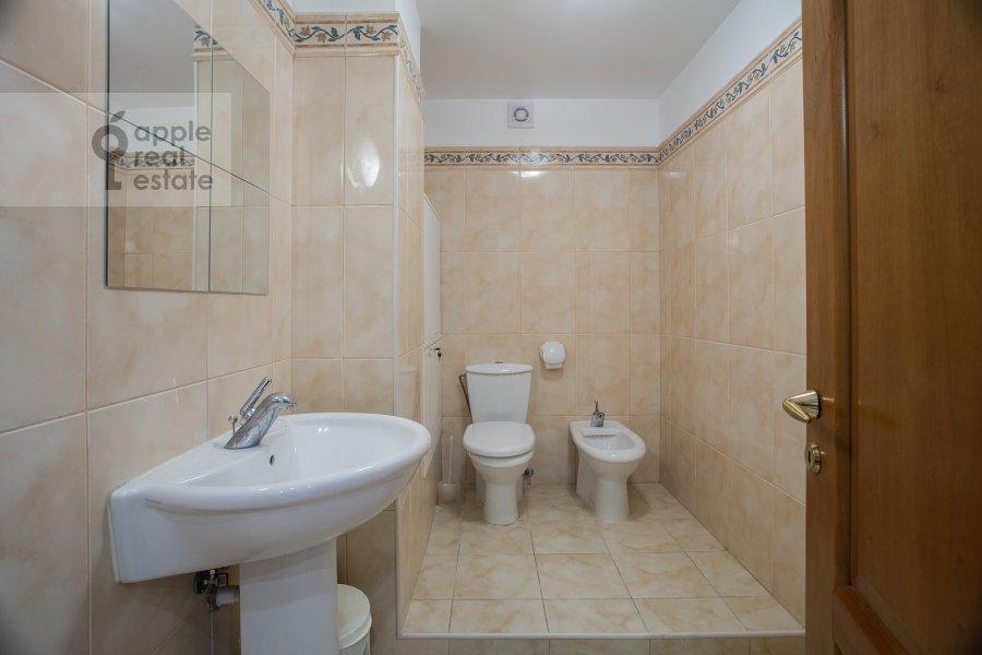 Санузел в 6-комнатной квартире по адресу Саввинская наб. 7С3