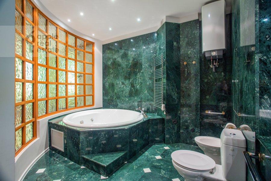 Bathroom of the 4-room apartment at Krasnoproletarskaya ulitsa 7