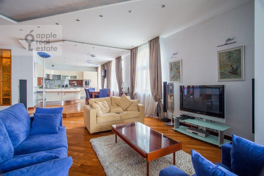 Living room of the 4-room apartment at Krasnoproletarskaya ulitsa 7