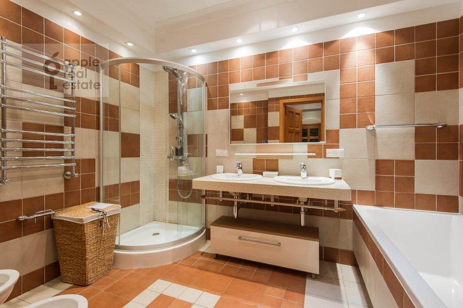 Bathroom of the 3-room apartment at Pochtovaya Bol'shaya ul. 5