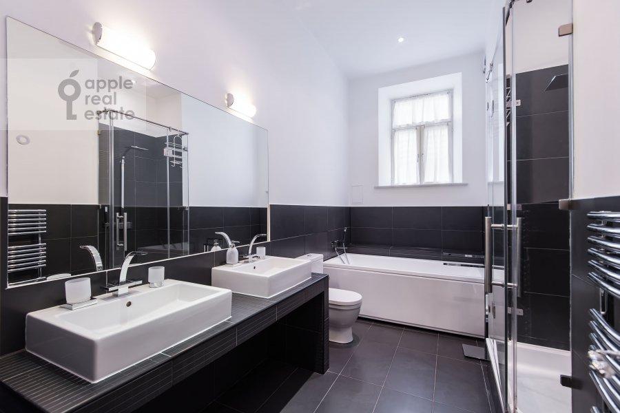 Bathroom of the 5-room apartment at Malyy Levshinskiy pereulok 7