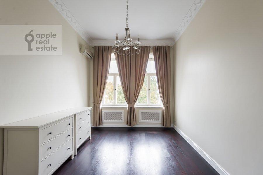 Bedroom of the 5-room apartment at Malyy Levshinskiy pereulok 7