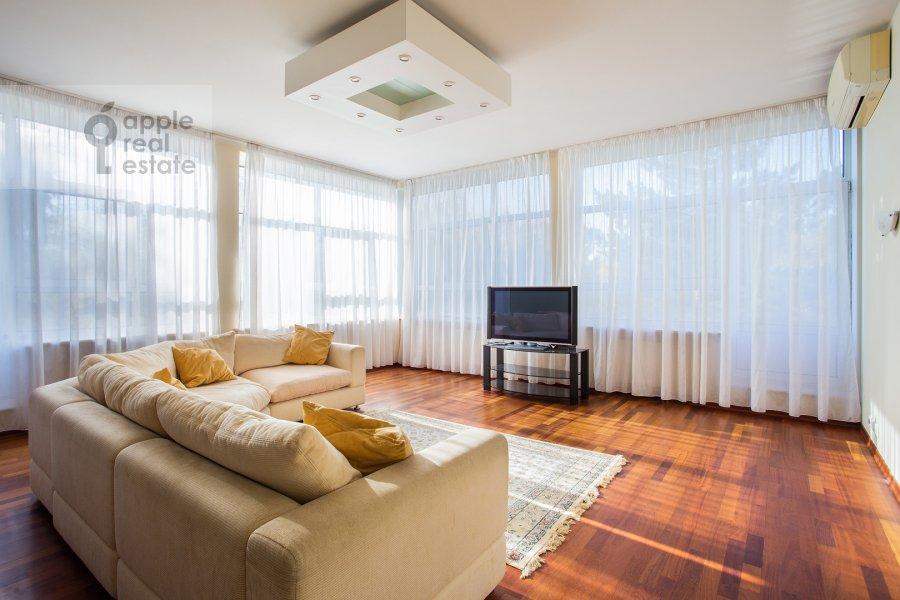Гостиная в 4-комнатной квартире по адресу Островной пр. 8