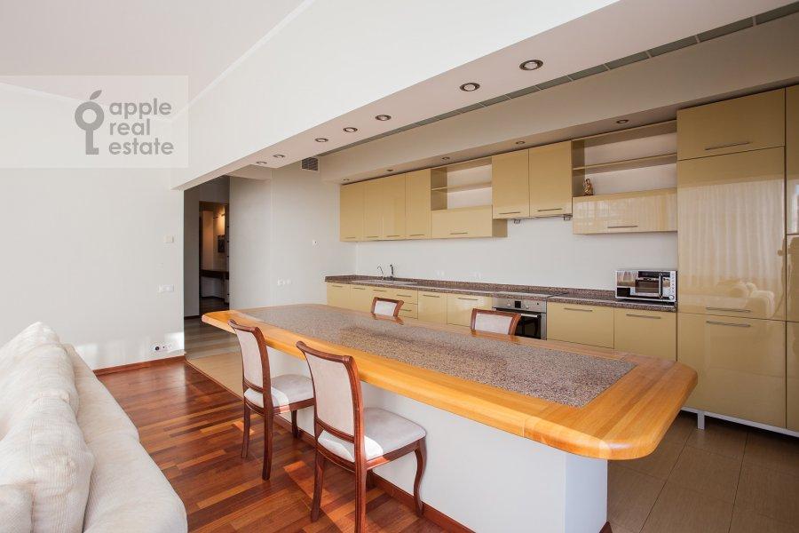 Кухня в 4-комнатной квартире по адресу Островной пр. 8