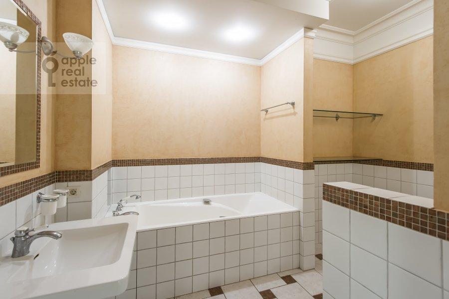 Bathroom of the 5-room apartment at Bol'shaya Ordynka 67