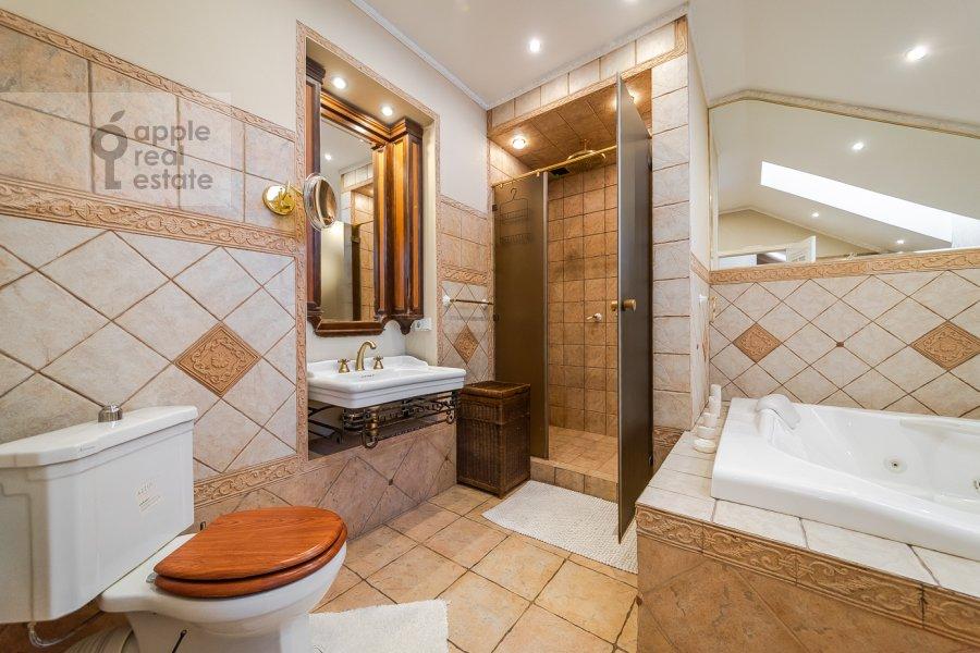 Bathroom of the 6-room apartment at Tverskaya ul. 27