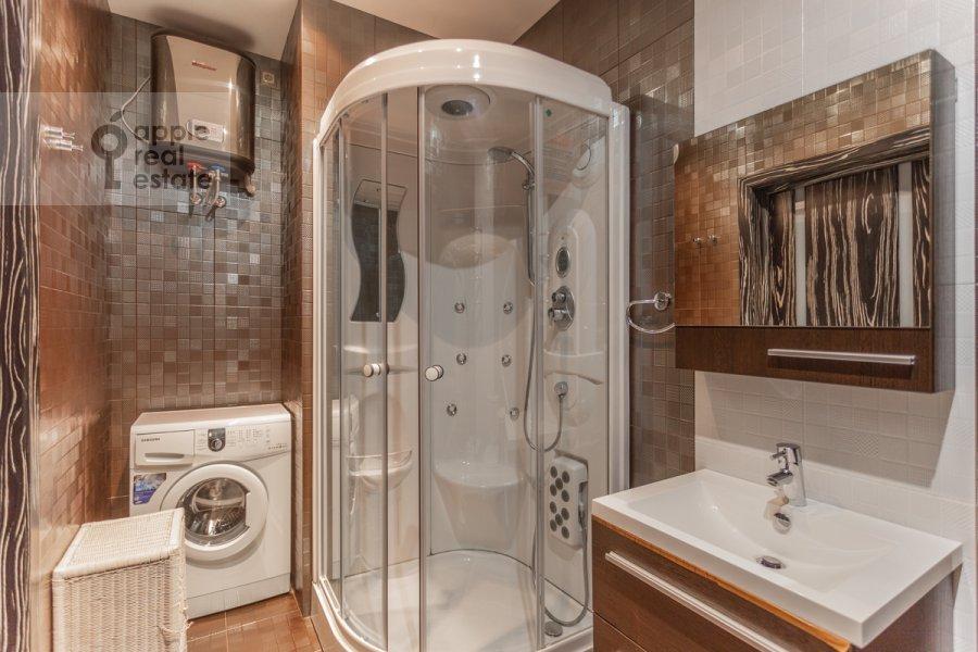 Bathroom of the 3-room apartment at Udal'tsova ul. 81