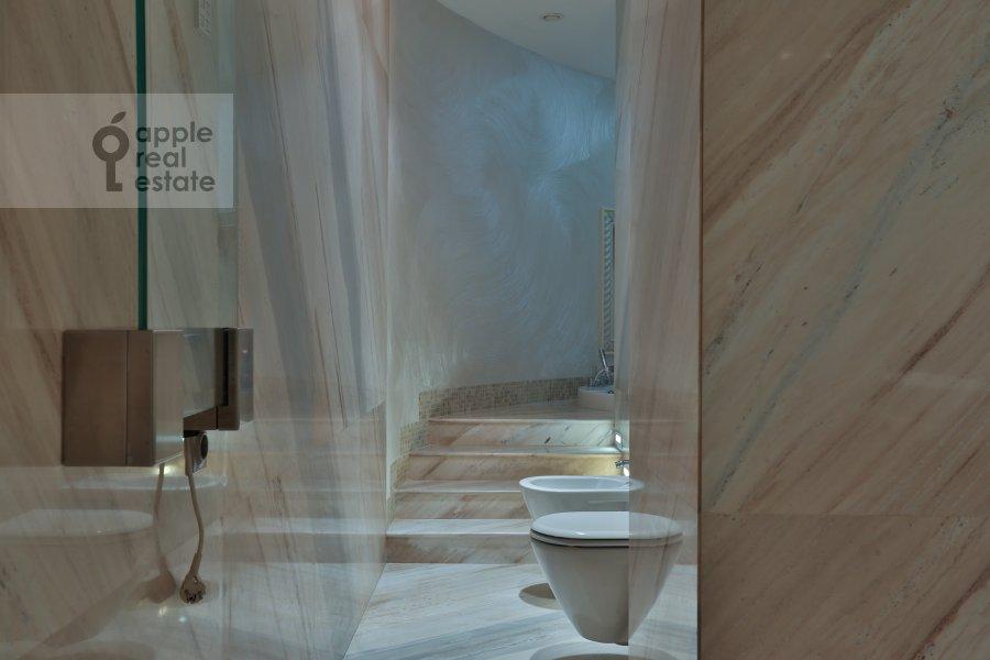 Bathroom of the 4-room apartment at Zachat'evskiy 1-y per. 5